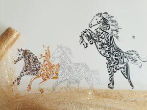 Caballos - Diseño de Hicham Chajai con caligrafía árabe