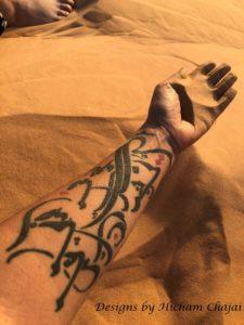 Tatuaje árabe del desierto - Diseño de Hicham Chajai con caligrafía árabe